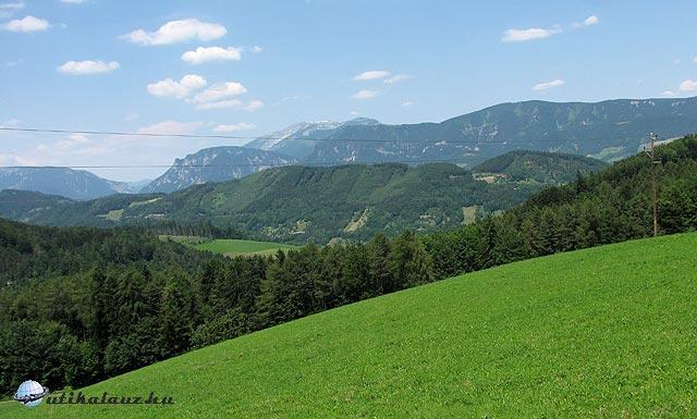 A Schneeberg és a Rax a Semmering közeléből nézve