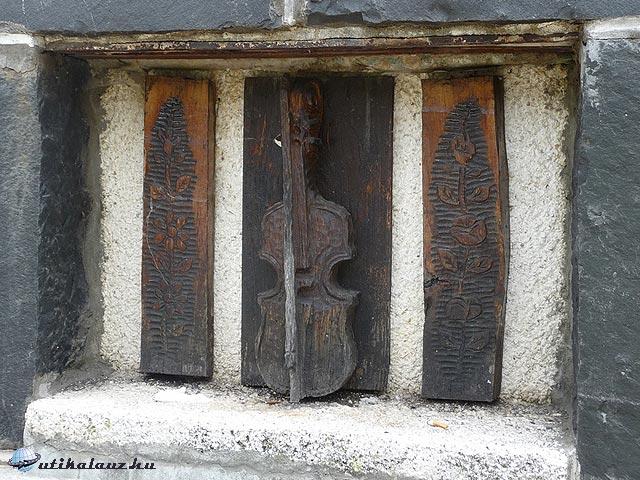 Czinka Panna hegedűje a szobor hátoldalán