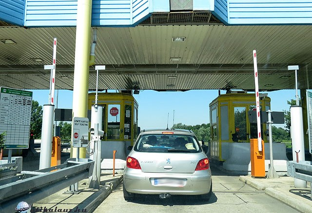 Jegyre váró autó a horvát autópálya egyik kapujánál