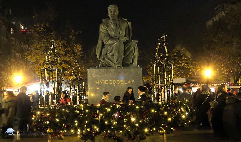 Adventi koszorú Hviezdoslav szobra előtt