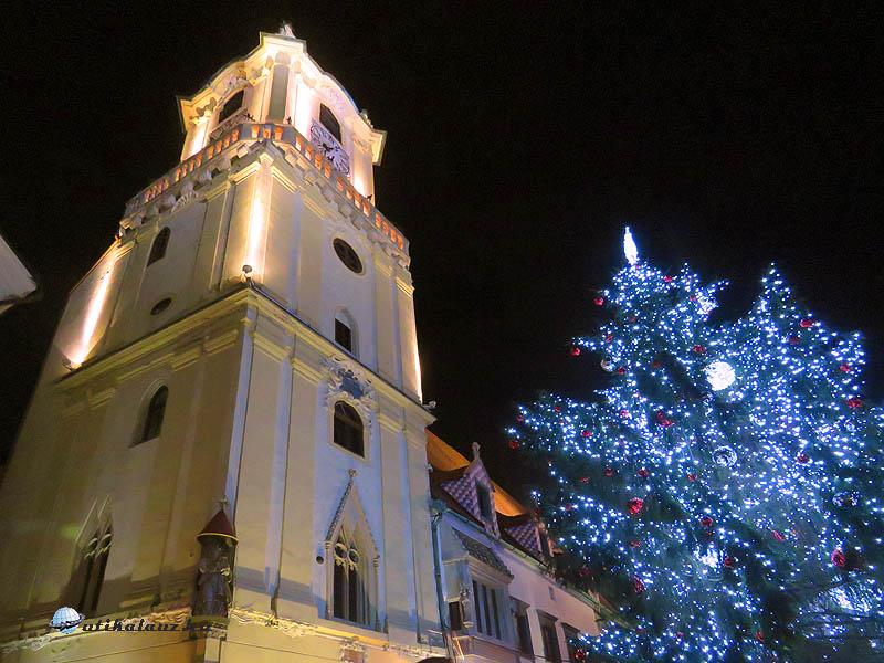 Az Óvárosháza tornya a karácsonyfával