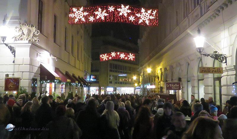 Folyamatosan sűrű tömeg hömpölyög a Fő téri és a Hviezdoslav téri karácsonyi vásár között a Ribarska branán