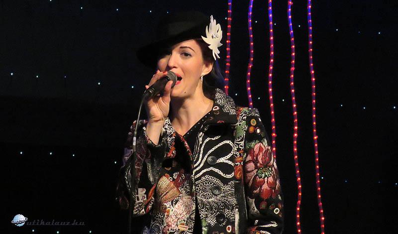 A Swingang együttes énekese, Andrea Kružliaková a Fő téri színpadon