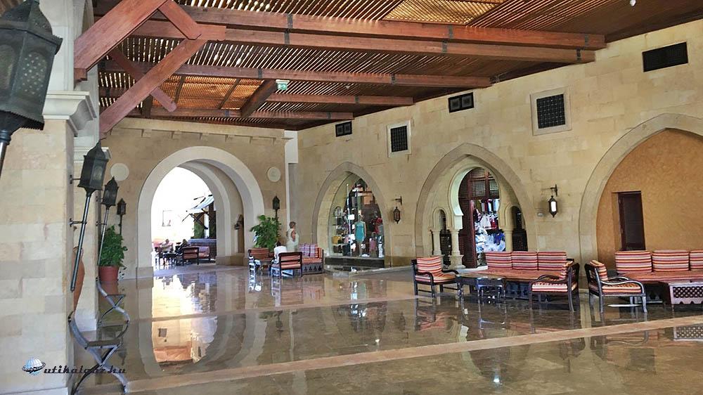 Siva Port Ghalib hatalmas keleties belső tere, recepcióval