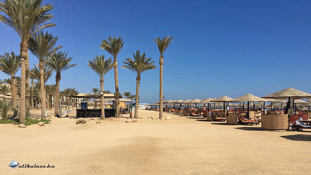 A szálloda közvetlen hosszú, homokos, korallzátonyos tengerpartja