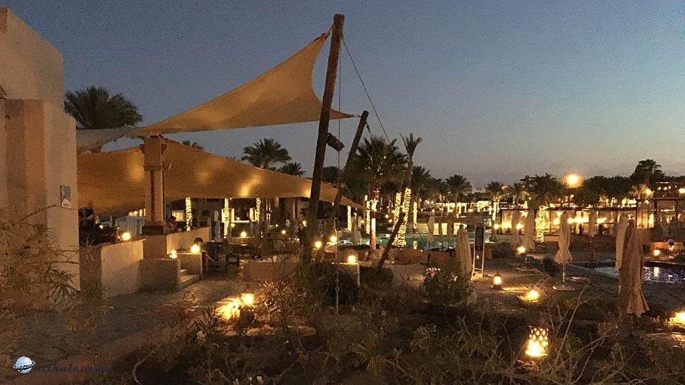 Éjszakai megvilágításban a szálloda parkja