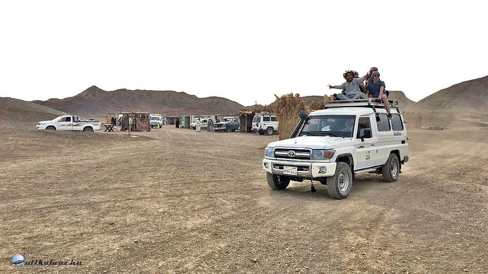 Utazás a jeep tetején.