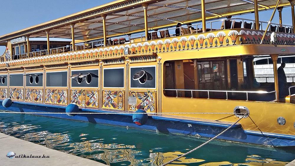 Nefertari , az üvegfenekű hajó kényelmét élveztük a korallzátonyok felett