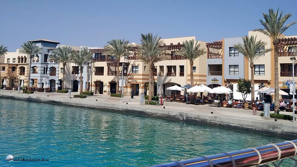 Port Ghalib kikötő a tenger felől