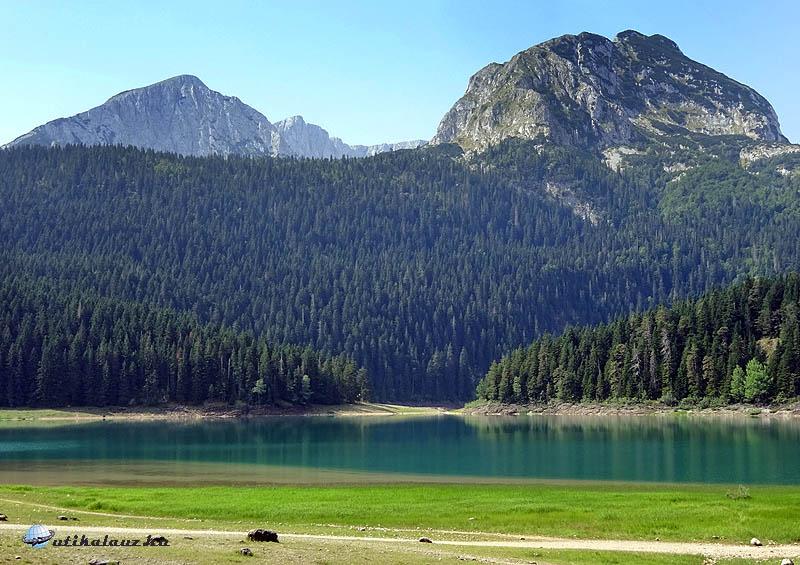 A Crno jezero, mögötte a Meded tömbje
