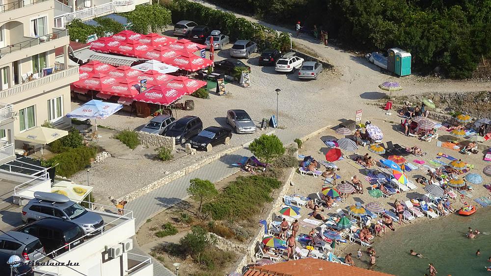 Strand az öböl végén – ezt láttuk az ablakunkból